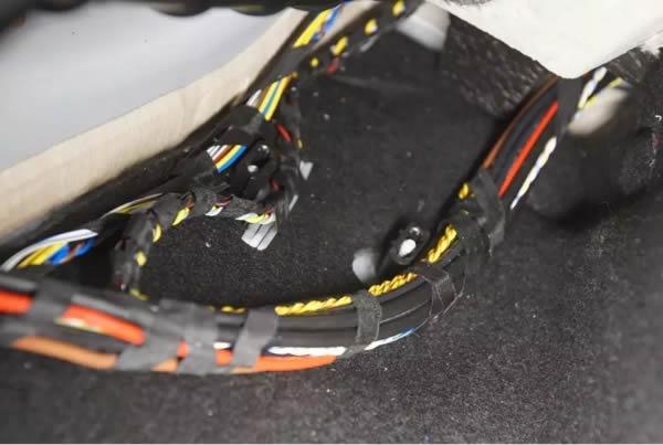 宝马汽车x1地板线束包裹图